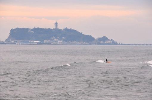 鎌倉市七里ガ浜からの海と江ノ島とサーファー