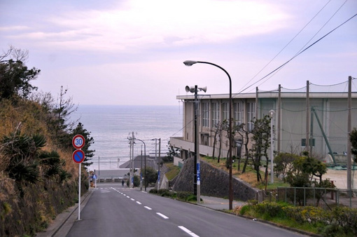 鎌倉市七里ガ浜高校横からの海