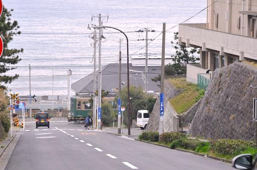 鎌倉市七里ガ浜高校横からの海と江ノ電