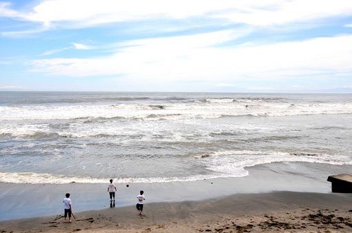 空・雲・海・波の青と白のコントラスト@七里ガ浜海岸