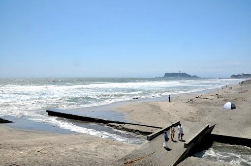 鎌倉七里ガ浜からの台風で波が高い海と江ノ島