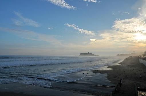 台風のうねりで海霧に包まれる七里ガ浜