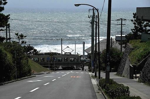 鎌倉七里ガ浜高校前の踏切と江ノ電