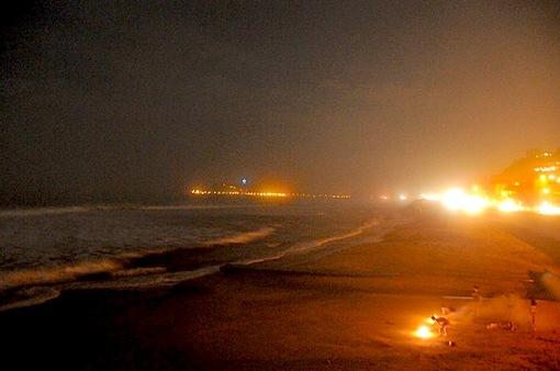 鎌倉七里ガ浜の海岸からの江ノ島と花火