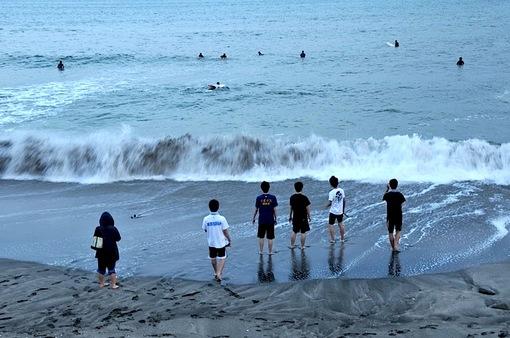 夕暮れの鎌倉七里ガ浜の海岸で青春真っ盛りの七里ガ浜高校生