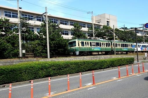 鎌倉七里ガ浜高校前を走る江の電