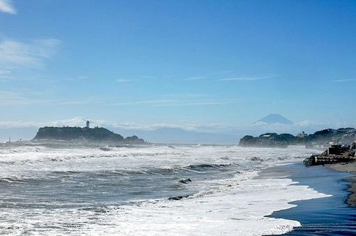台風18号通過後の七里ガ浜から江ノ島へ波やうねり
