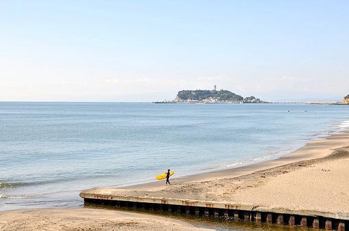 七里ガ浜の海岸とサーファー
