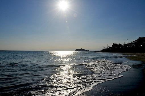 鎌倉稲村ヶ崎の海岸からの太陽と江ノ島