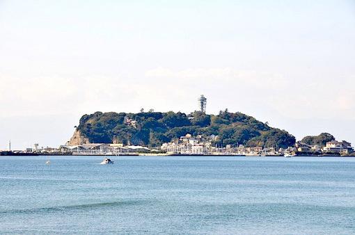 鎌倉七里ガ浜の海岸から眺める江ノ島と富士山