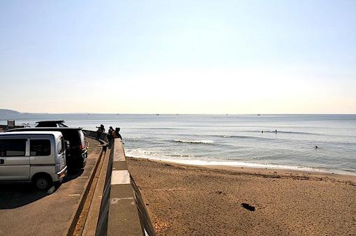 鎌倉七里ガ浜から陽光を浴びてキラキラ光る海面