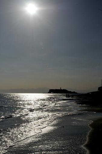 銀色に輝く秋の七里ガ浜の海岸