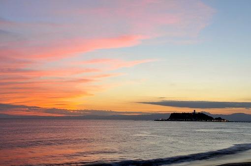 七里ガ浜で金色から茜色に変わる夕焼け