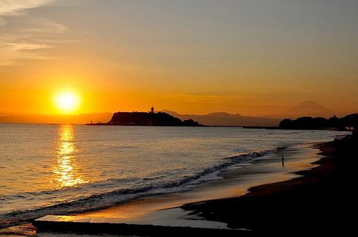 七里ガ浜の海岸から江ノ島越しのゴールデンな夕日