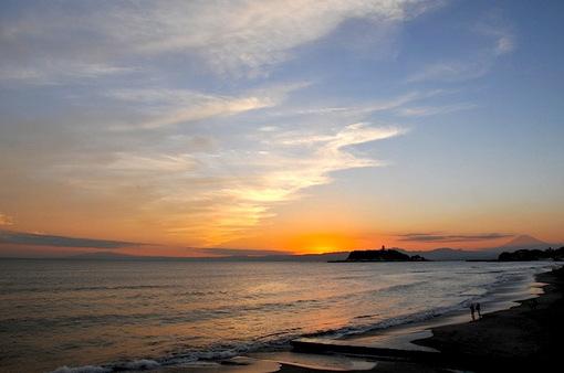 鎌倉七里ガ浜からの夕日と七里ガ浜高校の上の月