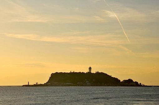 鎌倉七里ガ浜からの午後の江ノ島と飛行機雲