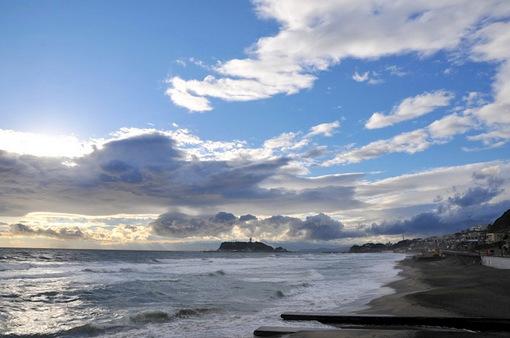 七里ガ浜からの雨雲が明けた海と江ノ島
