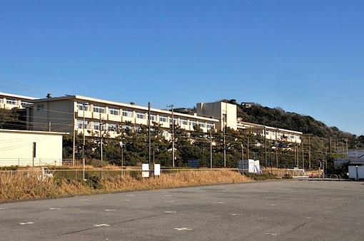 七里ガ浜高校の駐車場から七里ガ浜高校前を通過する「スキップえのん号」