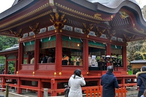 鎌倉鶴岡八幡宮舞殿で雨の中の神前式(結婚式)