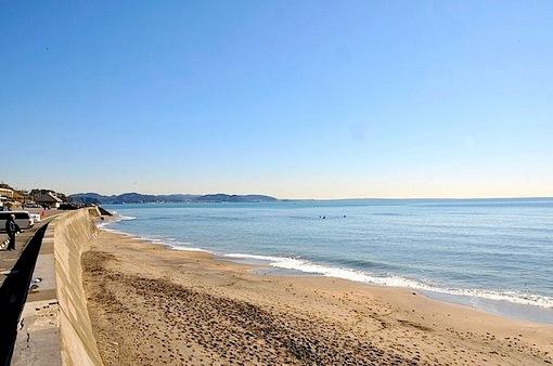 鎌倉七里ガ浜からのサーファー