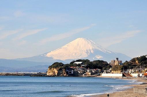 鎌倉七里ガ浜から冬の晴天と富士山