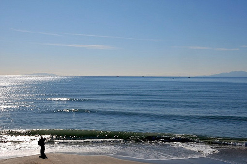 七里ガ浜のつやつやべた凪の海