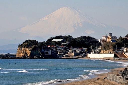 七里ガ浜から雪化粧で白無垢の富士山