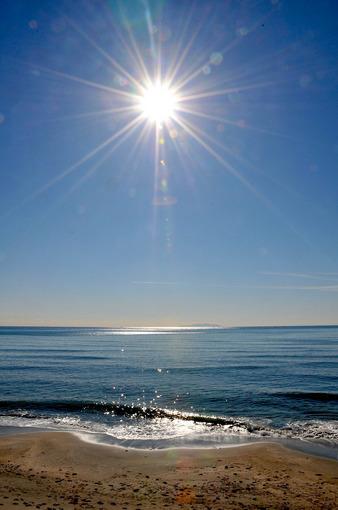 鎌倉七里ガ浜から冬の輝く穏やかな海