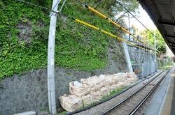 元旦に崩落した江ノ電極楽寺駅の壁が7月中旬に向け復旧工事中