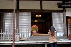 北鎌倉明月院の本堂丸窓からの紅葉