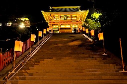 鎌倉鶴岡八幡宮のぼんぼり祭の鶴岡八幡宮本殿大階段