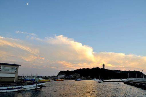 片瀬西浜から片瀬漁港越しに眺めた江ノ島の夕日