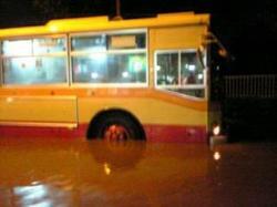 爆弾低気圧で冠水した引地川と水没する神奈中バス