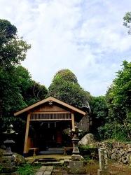 湘南藤沢から五島列島へ宇久島の厄神社の大岩