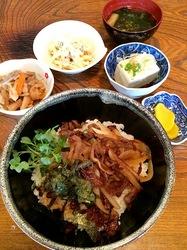 五島列島のグルメ情報宇久島赤ちょうちんの長崎牛焼き肉丼